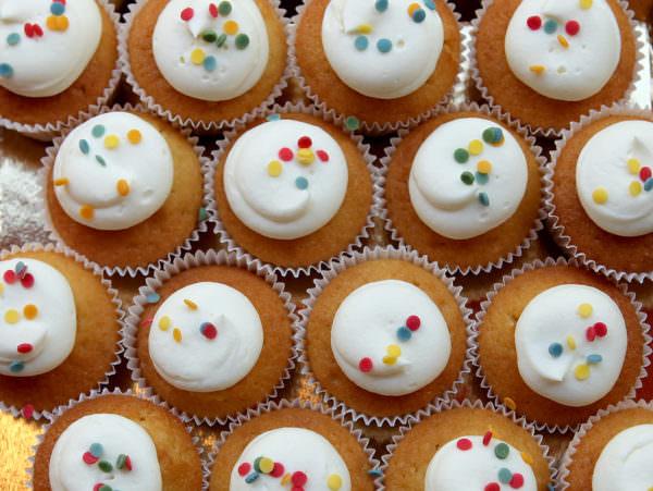 16 mini cupcakes Confetti